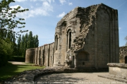 Gros plan sur les absidioles de l'église abbatiale et la galerie est de l'abbaye