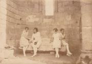 Quatre femmes dans l'une des absidioles de l'abbaye de La Grainetière