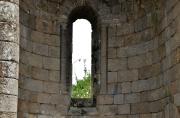 Gros plan sur l'une des absidioles de l'église abbatiale