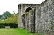 Gros plan sur une absidiole de l'église abbatiale et sur le mur de la galerie nord de l'abbaye