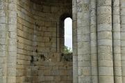 Gros plan sur une absidiole de l'église abbatiale