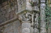 Gros plan sur l'une des colonne d'une des absidioles de l'église abbatiale