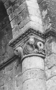 Gros plan sur l'une des colonne de l'une des absidioles de l'église abbatiale
