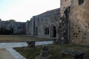 Entrée de l'abbaye via le réfectoire démoli au premier plan. Galeries Est et Nord en arrière-plan.
