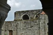En premier plan, la galeriet Est du cloître. Absidioles de l'église abbatiale en arrière-plan