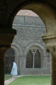 Un moine de l'abbaye entrant dans la salle capitulaire du côté de la galerie Est.