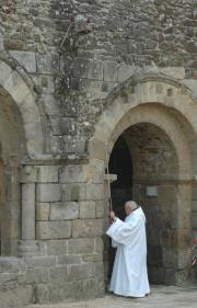 Un moine de l'abbaye sonnant les cloches du côté de la galerie Est.