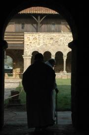 Deux moines de l'abbaye sortant du couloir de la galerie est