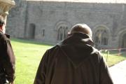 Un des moines de l'abbaye sortant de la galerie ouest