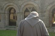 Un des moines de l'abbaye marchant vers la galerie est