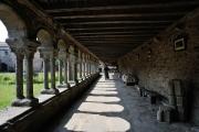 Un moine marchant dans la galerie ouest de l'abbaye