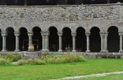 Puit au premier plan et Galerie Ouest de l'abbaye