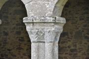 Une des 21 colonnes du cloître ouest de l'abbaye