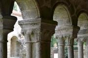 Plan rapproché sur quelques colonnes du cloître ouest de l'abbaye