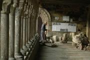 Un moine passe sous la galerie ouest de l'abbaye