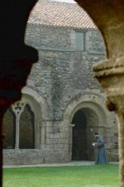 Un moine de l'abbaye marchant du côté de la galerie Est.
