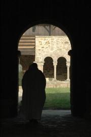 Un moine de l'abbaye dans le couloir de la galerie est