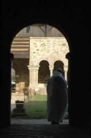 Un moine de l'abbaye sortant du couloir de la galerie est