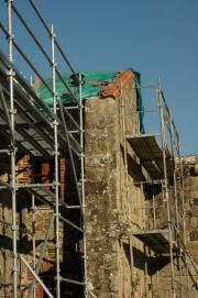 Échaffaudages sur la galerie ouest pendant les travaux de restauration