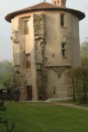 Un moine se dirige vers la Tour de l'abbé
