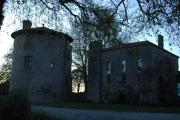Le réfectoire et la tour de l'abbé à la tombée de la nuit
